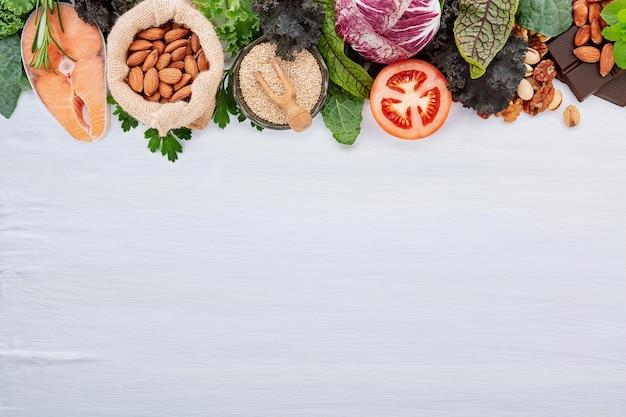 Ketogeen koolhydraatarm dieetconcept. ingrediënten voor gezonde voeding selectie opgezet op witte betonnen achtergrond.