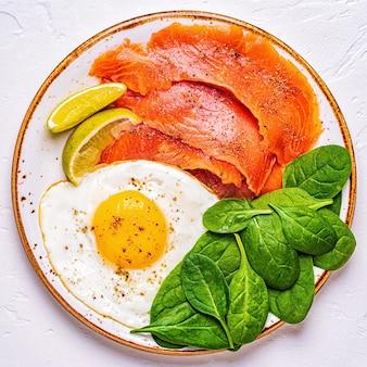Ketogene dieetvoeding, gezond maaltijdconcept, bovenaanzicht, kopie ruimte.