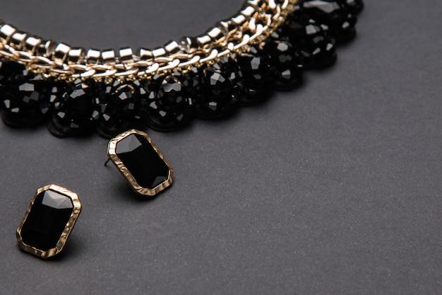 Ketting en oorbellen met zwarte stenen