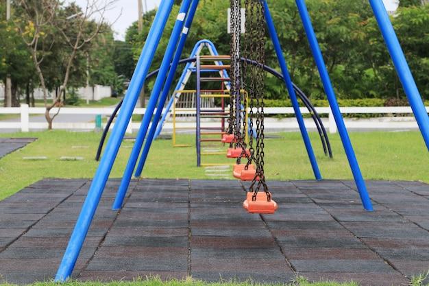 Ketting schommels op kinderen speelplaats