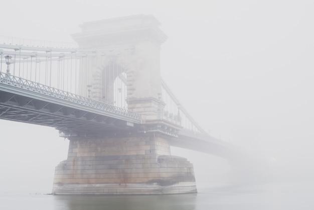 Kettingbrug, boedapest, hongarije, in de mist