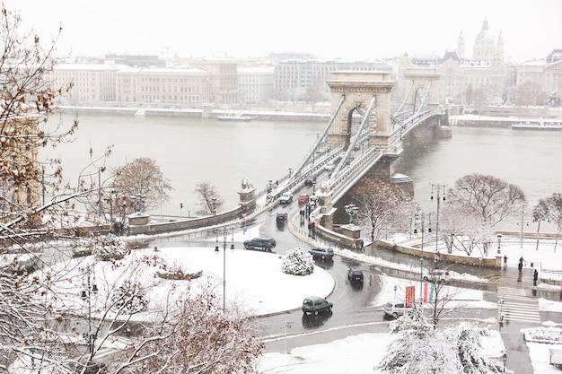 Kettingsbrug in boedapest op een sneeuwdag