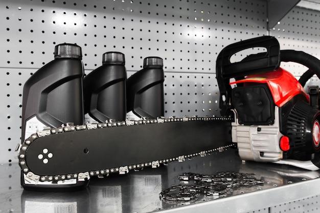 Kettingzaag en olieflessen in gereedschapsopslag