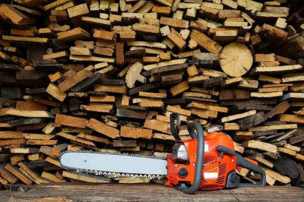 Kettingzaag staat op een stapel gezaagd hout