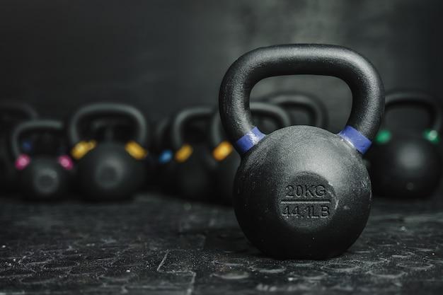 Kettlebell-apparatuur op donker in de crossfit-sportschool