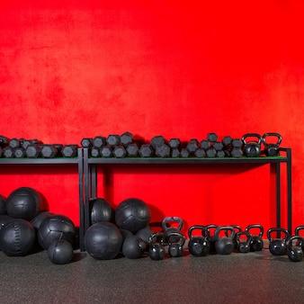Kettlebell-domoor en gewogen ballen bij gymnastiek