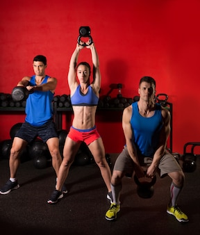 Kettlebell swing training training groep op gymnasium