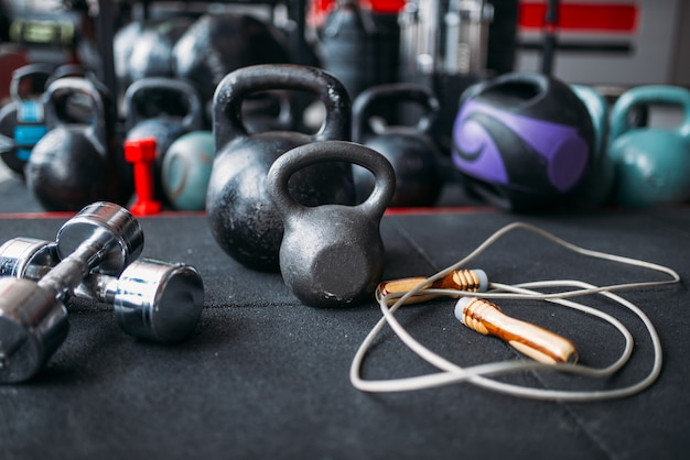 Kettlebells en dumbbells close-up, sportartikelen