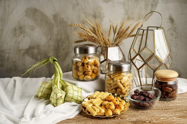 Ketupat en snacks voor eid mubarak