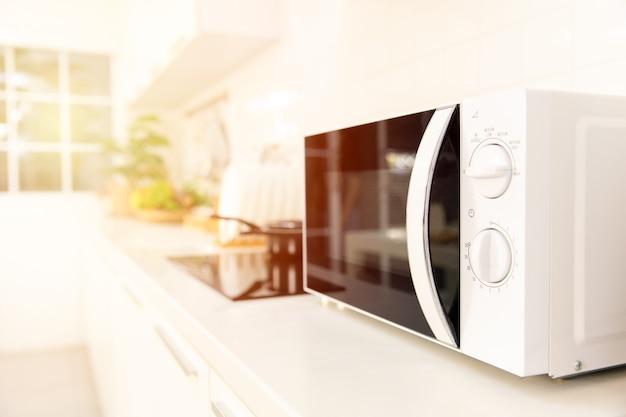Keuken aanrecht close-up magnetron kookmachine