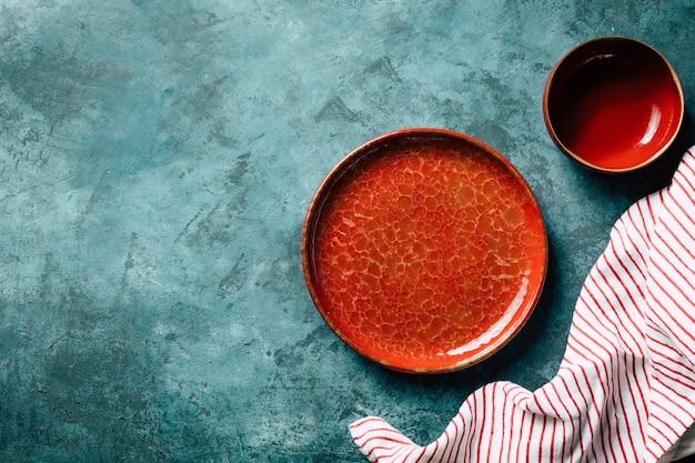Keuken achtergrond rode keramische plaat op een blauwe achtergrond