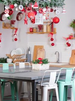 Keuken ingericht voor het nieuwe jaar met rode kerstballen