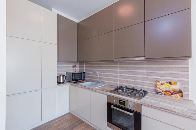 Keuken interieur in grijze moderne stijl.
