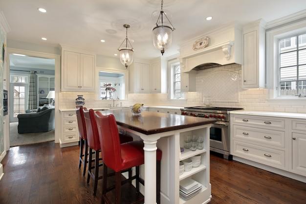 Keuken met houten tegeneiland