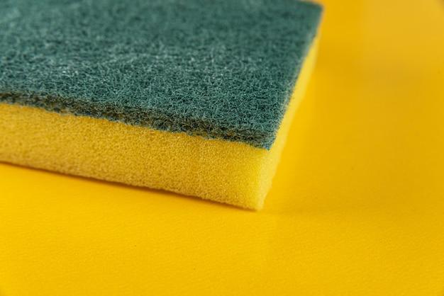 Keuken spons op de gele achtergrond