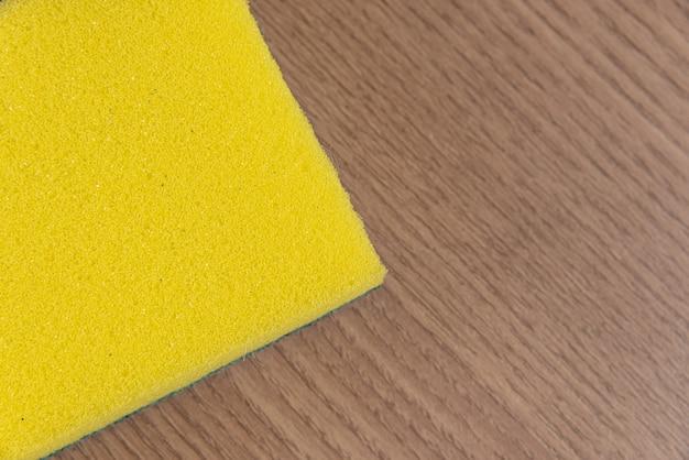 Keuken spons op de houten tafel