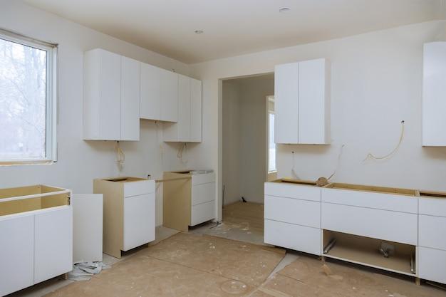 Keuken verbouwt mooi keukenmeubilair van installatiebasis