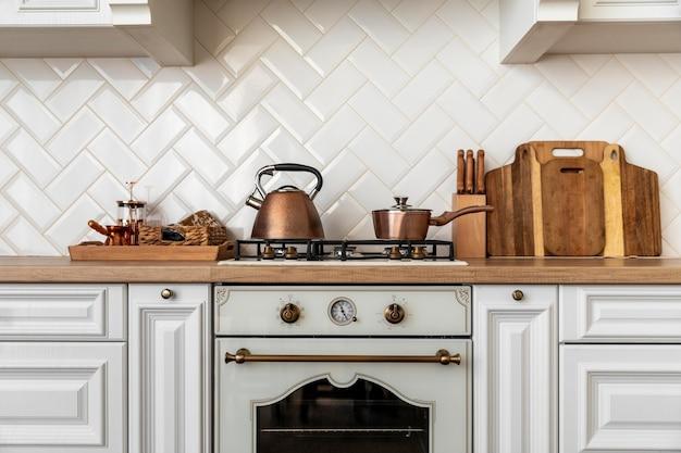 Keukenbinnenland met gouden gedetailleerd meubilair