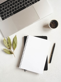 Keukenblokmodel voor culinaire tekst, laptop en kruiden