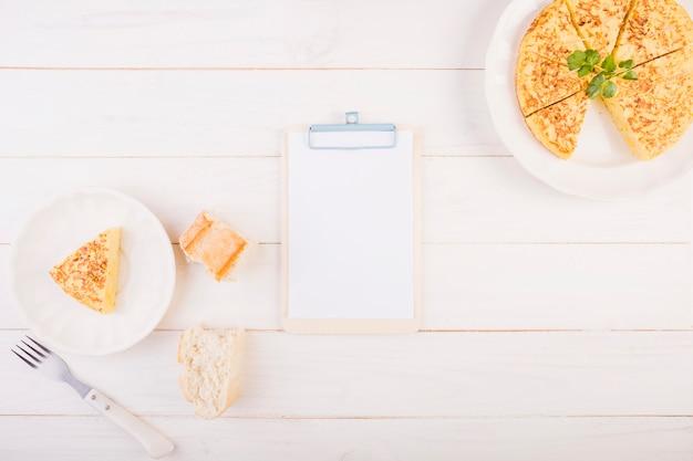 Keukendesktop met taart en klembord