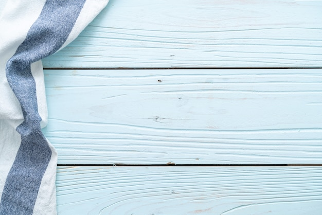 Keukendoek op blauwe houten oppervlak