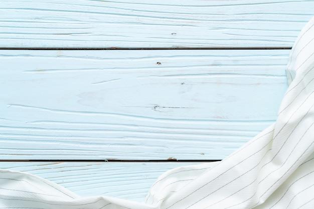 Keukendoek (servet) op blauwe houten achtergrond