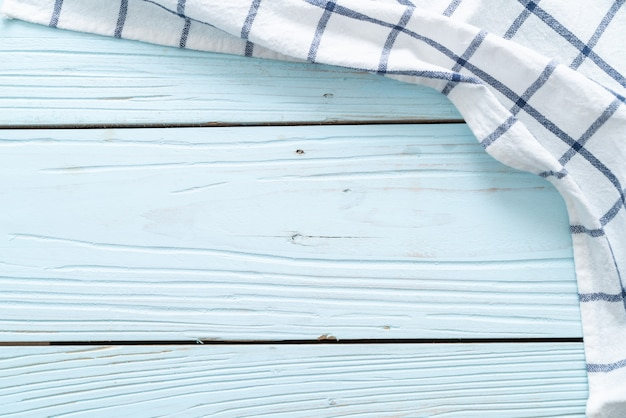 Keukendoek (servet) op blauwe houten muur