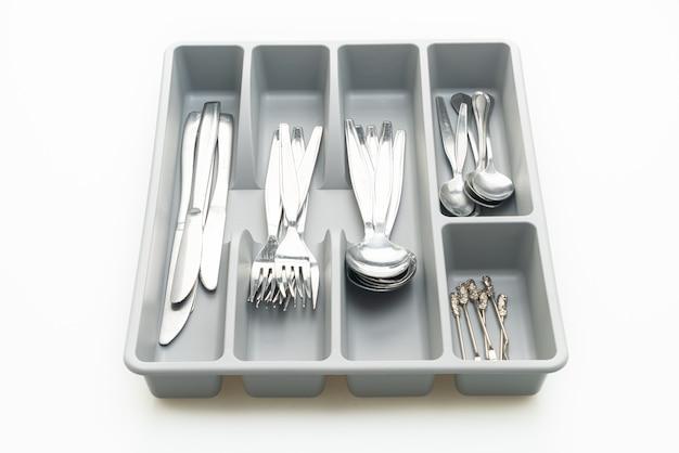 Keukendoos met bestek voor lepels, vorken, messen geïsoleerd op witte achtergrond