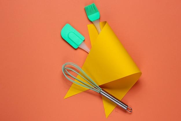 Keukengereedschap op een gekleurd papier