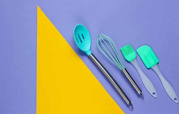 Keukengereedschap op paars met geometrische vormen