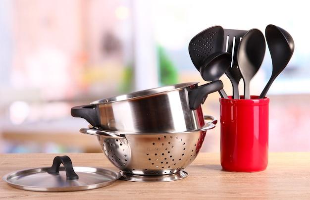 Keukengereedschap op tafel in de keuken