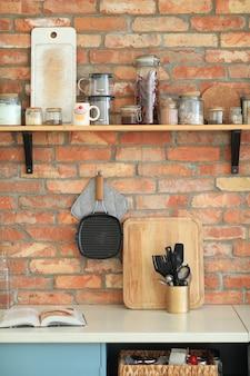 Keukengerei aan de muur
