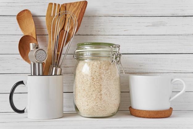 Keukengerei en glazen pot met rijst