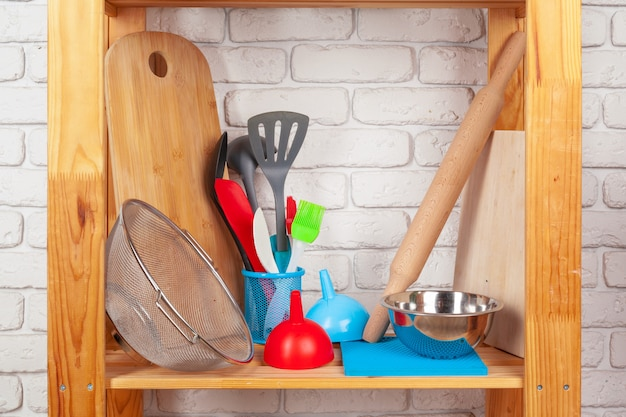 Keukengerei en servies op houten plank