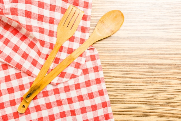Keukengerei op tafelkleed op houten lijst