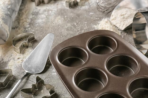 Keukengerei voor het bereiden van bakkerij en bloem op donkere achtergrond