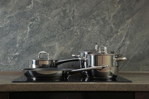 Keukengerei voor het koken in het interieur van de keuken