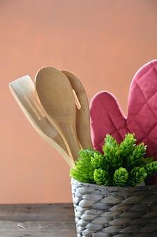 Keukengerei zoals ovenwanten, lepels in hout en leisteen om het menu op te schrijven