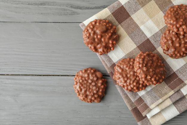 Keukenhanddoek met chocoladekoekjes op grijze tafel,