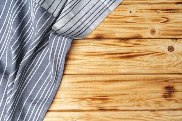 Keukenhanddoek of servet over de houten tafel. detailopname.