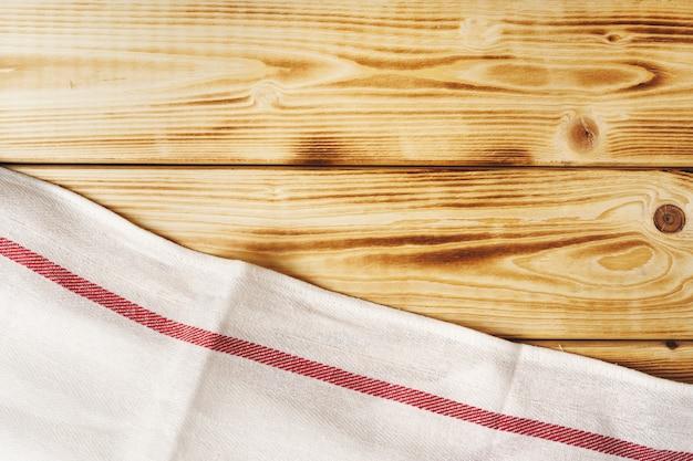 Keukenhanddoek of servet over de houten tafel.