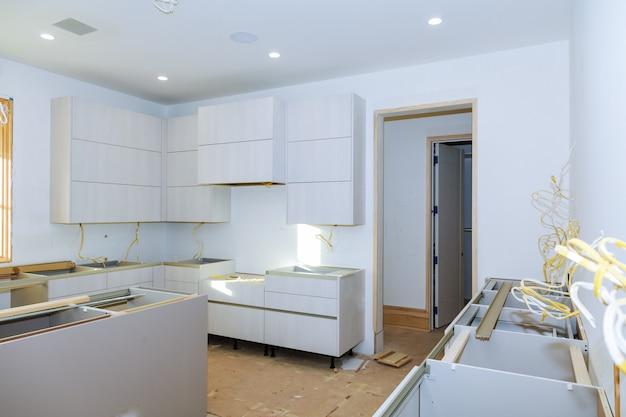 Keukenhoek in een kast. de hoekige opening met hoekscharnieren.