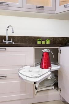 Keukenhoekelement met uitschuifbare legborden