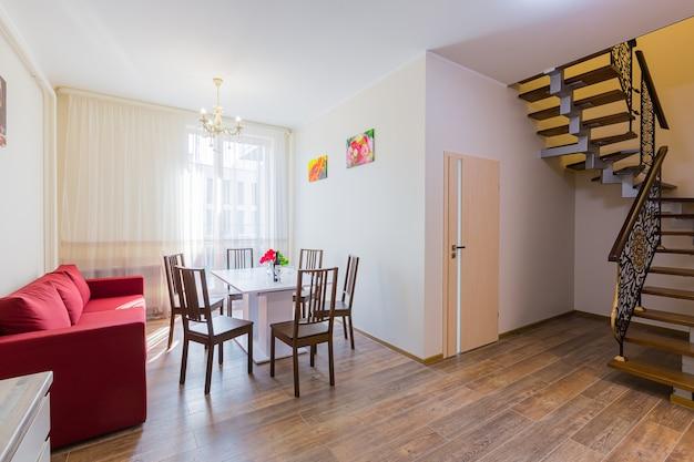 Keukeninterieur in grijze studio met gang en trappen