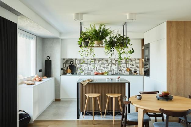 Keukeninterieur met eetruimte werkruimte met keukenaccessoires op de achtergrond