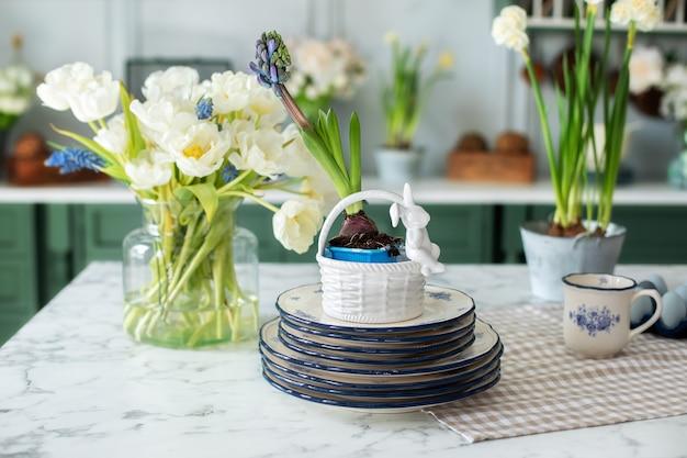 Keukeninterieur met rustieke deco en witte bloemen op de keukentafel