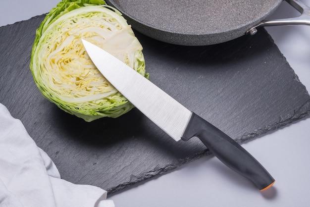 Keukenmes met plastic handvat snijden kool