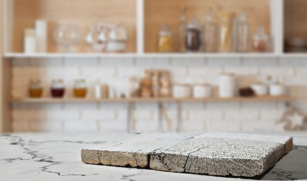 Keukenplank op marmeren werkblad