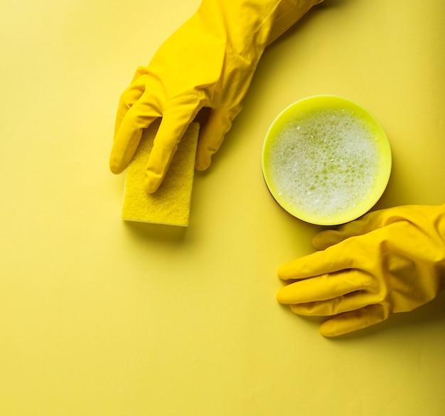 Keukensponzen en rubberen handschoenen