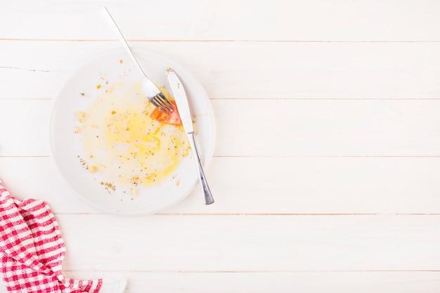 Keukentafel met bord en bestek